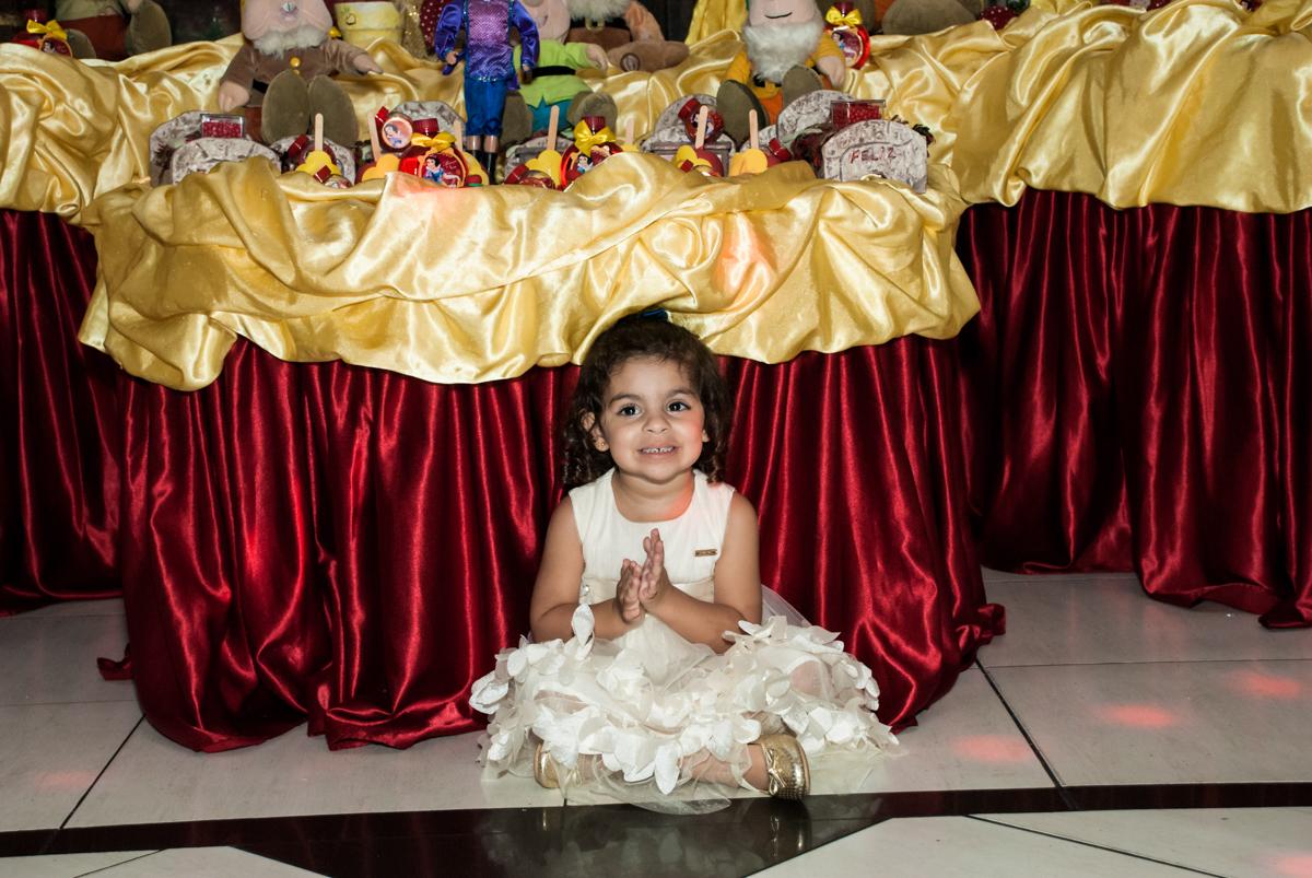 feliz com sua festa no Buffet Planeta Kids, niversario Larissa 3 anos, tema da festa Branca de Neve