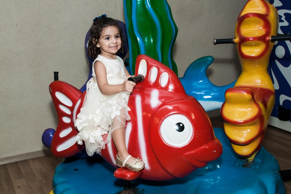 curtição no carrossel no Buffet Planeta Kids, niversario Larissa 3 anos, tema da festa Branca de Neve