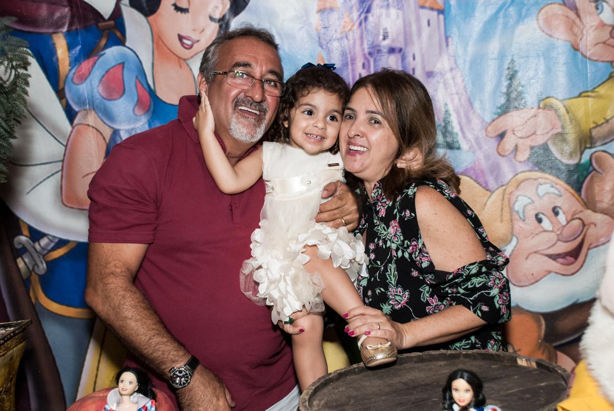os tios também adoram a aniversariante no Buffet Planeta Kids, niversario Larissa 3 anos, tema da festa Branca de Neve