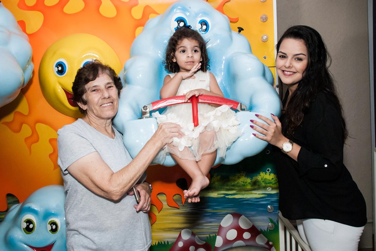 os amigos são fotografados com a aniversariante no Buffet Planeta Kids, niversario Larissa 3 anos, tema da festa Branca de Neve