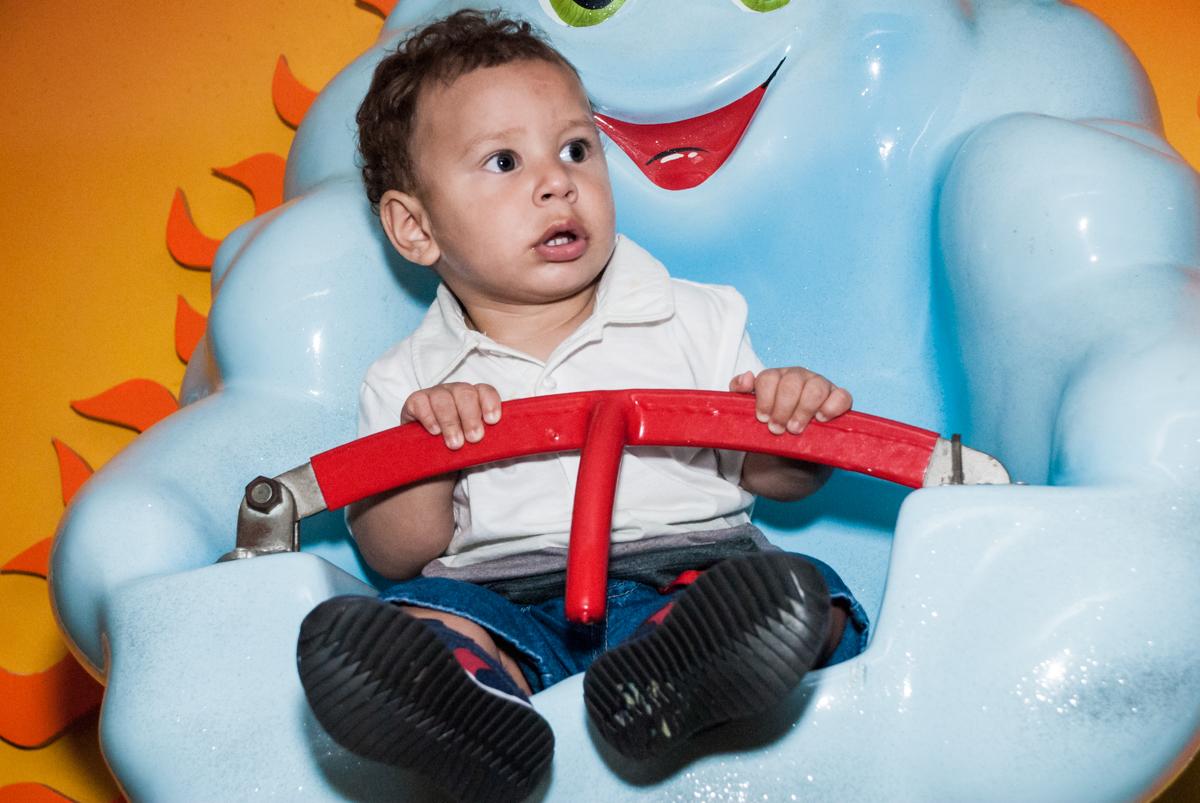 amiguinho brinca no carrossel no Buffet Planeta Kids, niversario Larissa 3 anos, tema da festa Branca de Neve