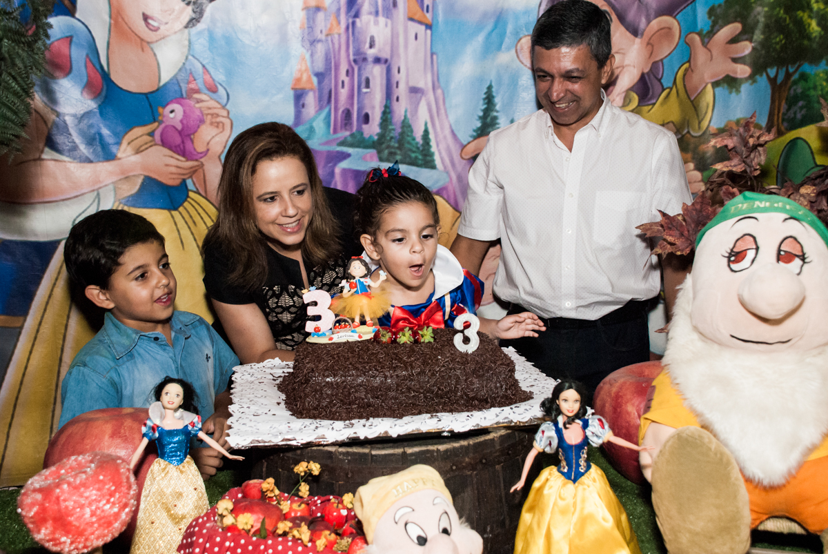 soprando a vela do bolo no Buffet Planeta Kids, niversario Larissa 3 anos, tema da festa Branca de Neve