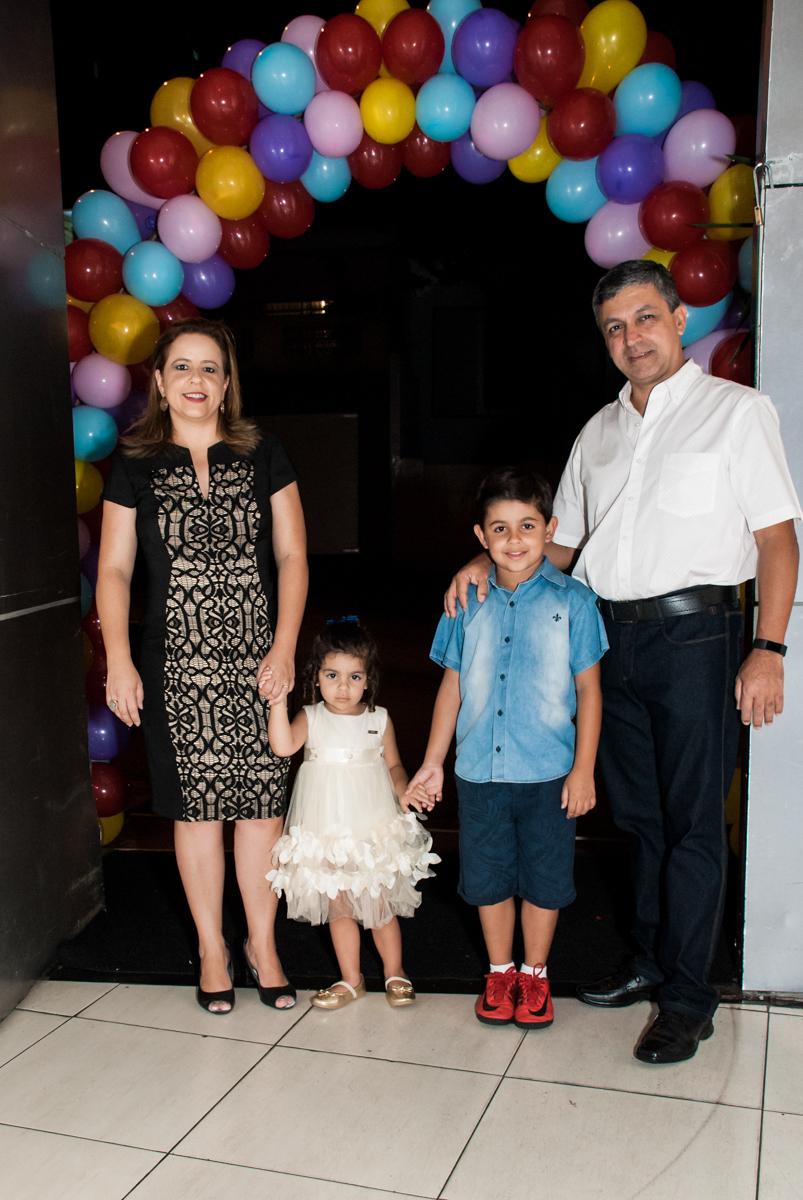 familia no arco de bexigas noBuffet Planeta Kids, niversario Larissa 3 anos, tema da festa Branca de Neve