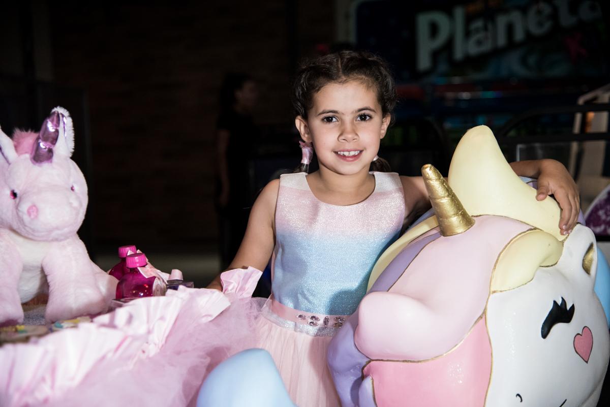 feliz na mesa temática no Buffet Planeta Kids, Lapa, São Paulo, aniversario de Sarah 8 anos, tema da festa Unicórnio