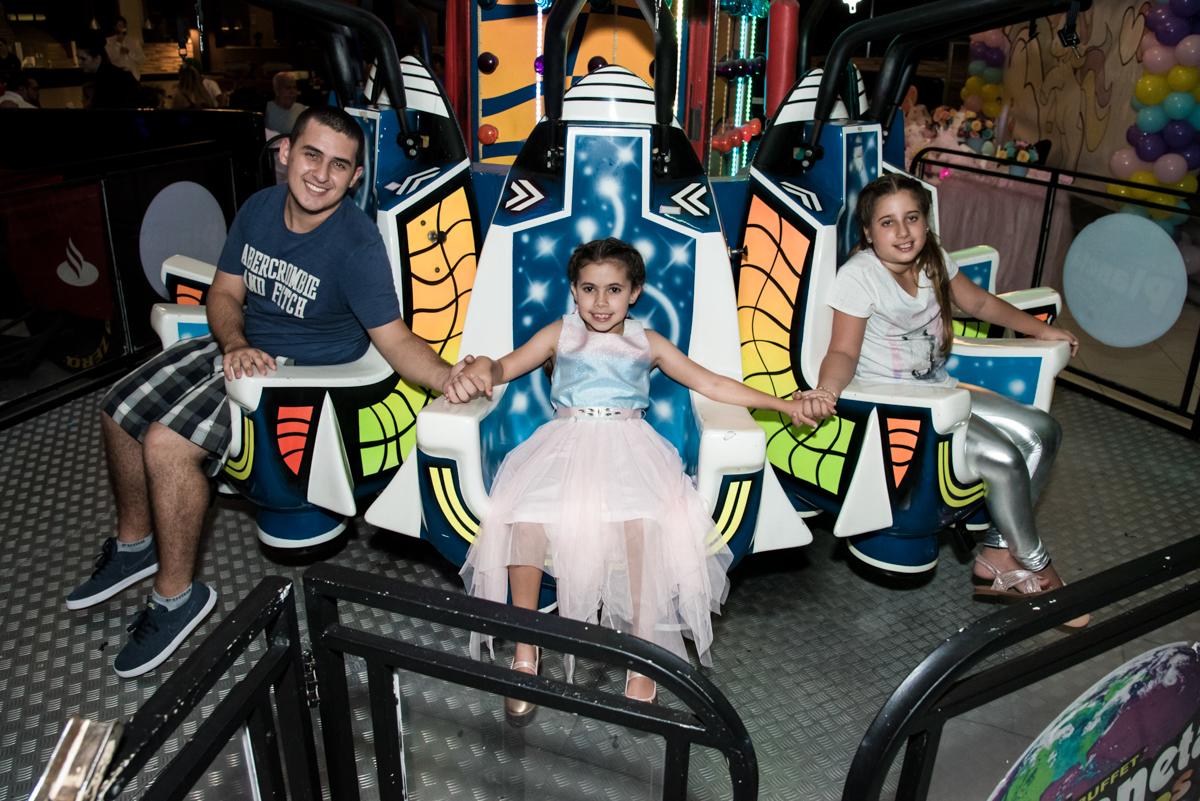 frio na barriga no brinquedo elevador no Buffet Planeta Kids, Lapa, São Paulo, aniversario de Sarah 8 anos, tema da festa Unicórnio