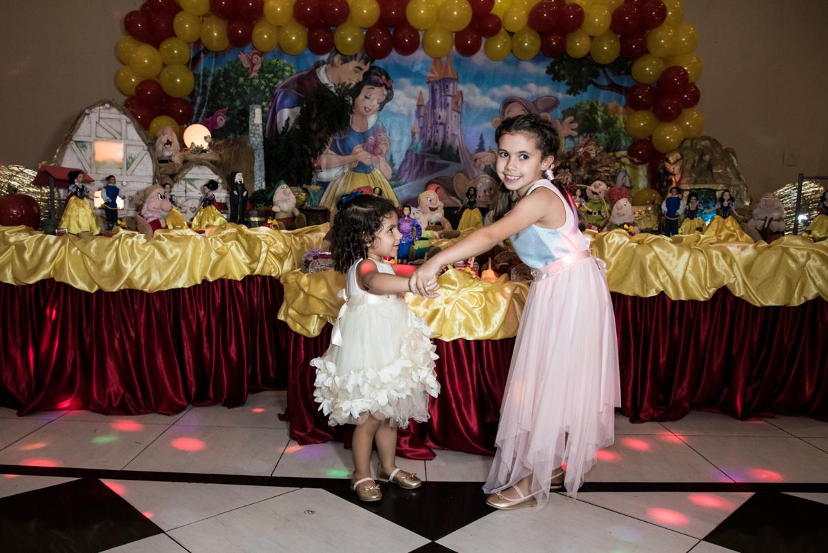brincando com a prima no Buffet Planeta Kids, Lapa, São Paulo, aniversario de Sarah 8 anos, tema da festa Unicórnio