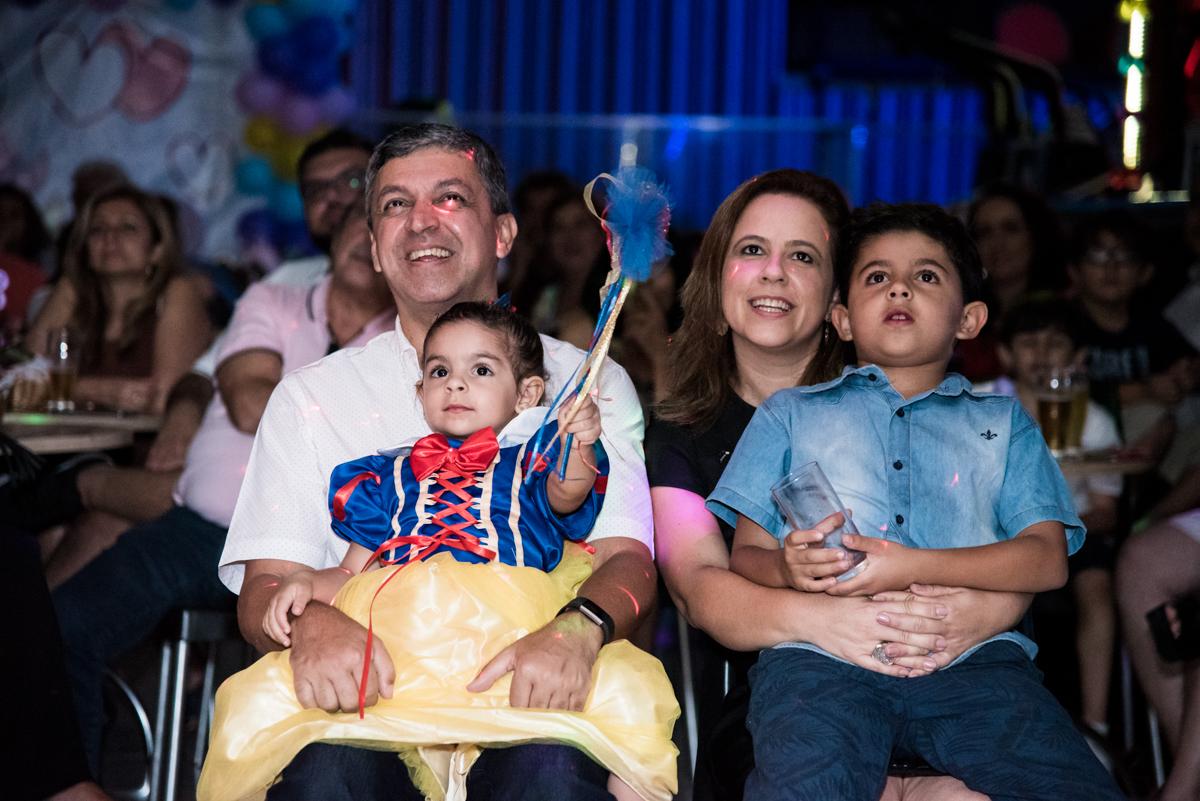 todos assistem a retrospectiva no Buffet Planeta Kids, Lapa, São Paulo, aniversario de Sarah 8 anos, tema da festa Unicórnio