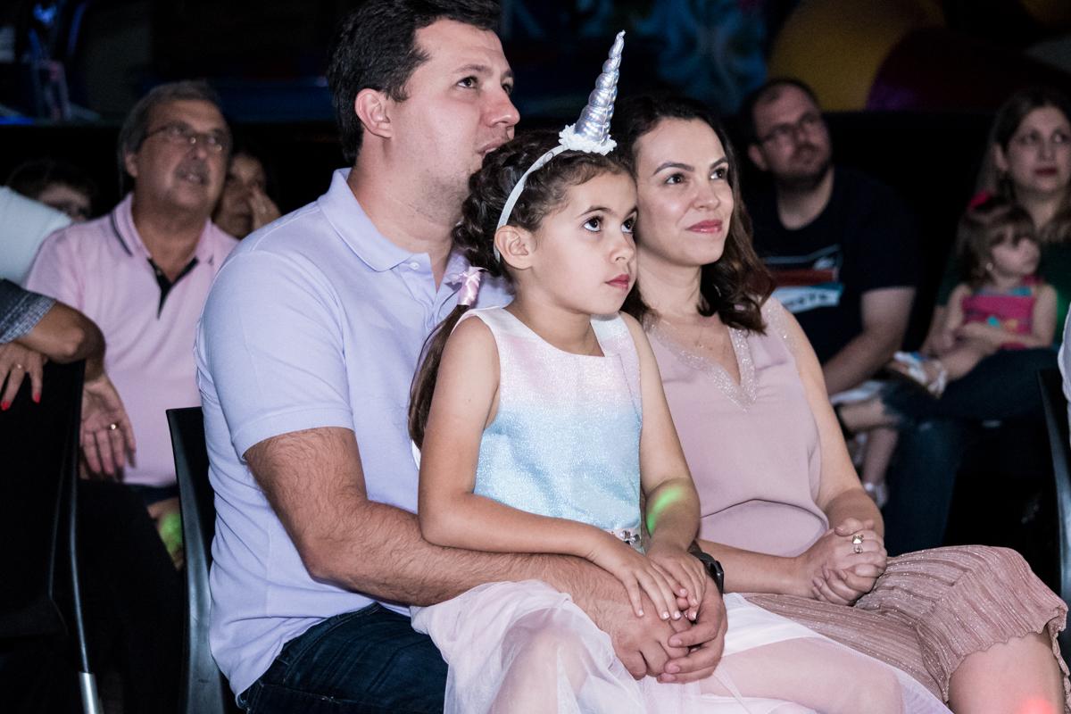 atenção concentrada na retrospectiva no Buffet Planeta Kids, Lapa, São Paulo, aniversario de Sarah 8 anos, tema da festa Unicórnio