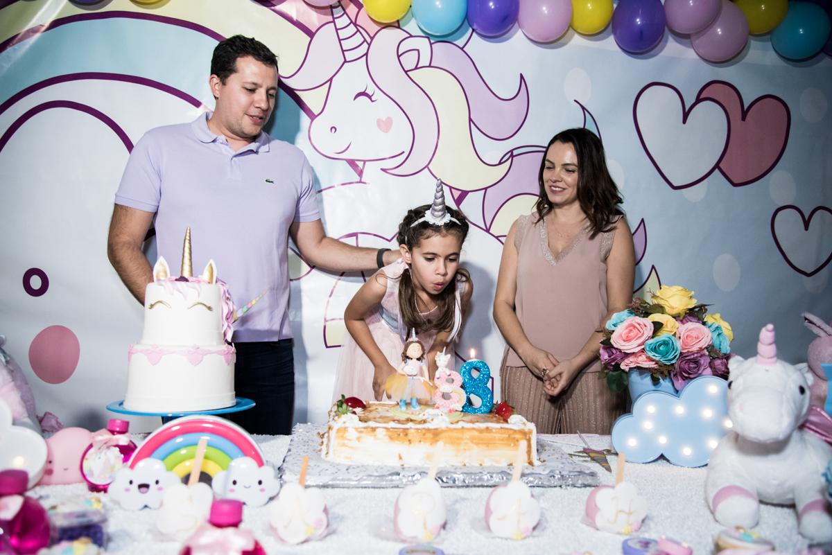 soprando a vela do bolo no Buffet Planeta Kids, Lapa, São Paulo, aniversario de Sarah 8 anos, tema da festa Unicórnio