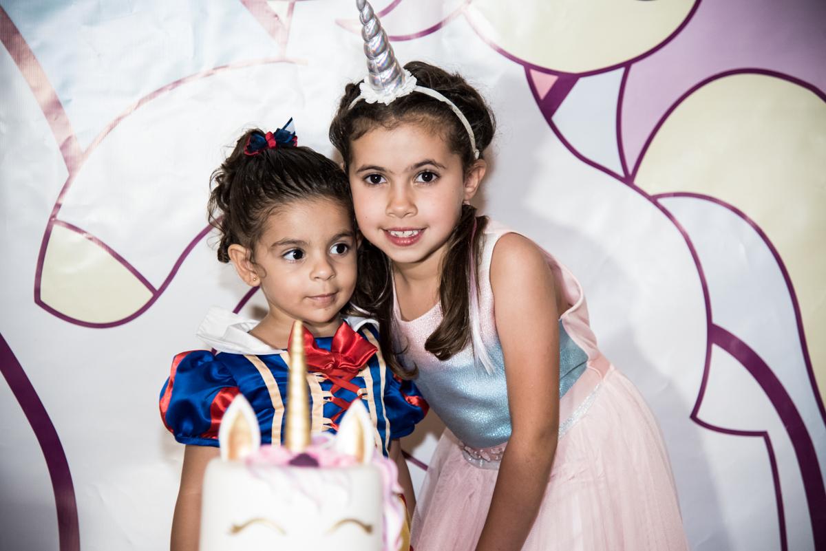 foto com a prima no Buffet Planeta Kids, Lapa, São Paulo, aniversario de Sarah 8 anos, tema da festa Unicórnio