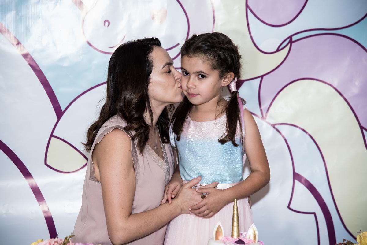 foto mãe e filha no Buffet Planeta Kids, Lapa, São Paulo, aniversario de Sarah 8 anos, tema da festa Unicórnio