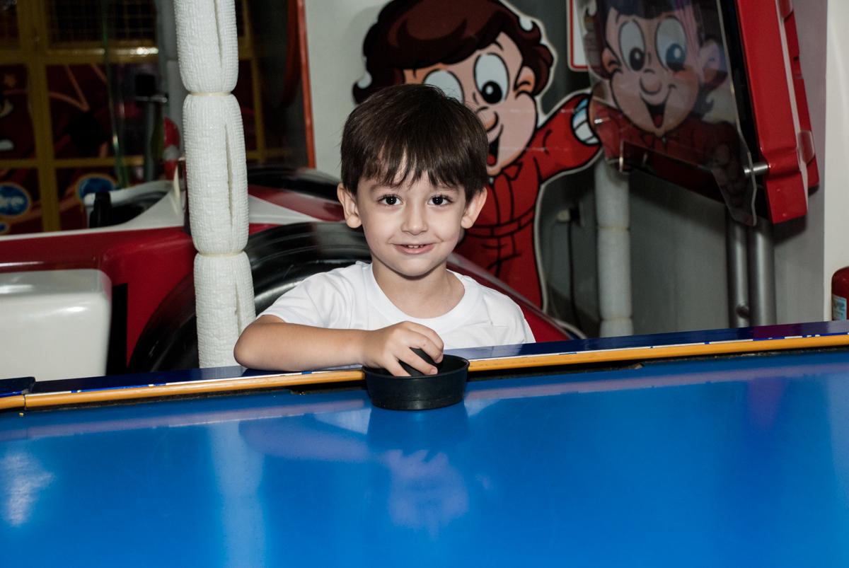jogando futebol de mesa no Buffet Mega Boom, Santana, São Paulo, aniversário Théo 4 anos tema da festa Patrulha Canina