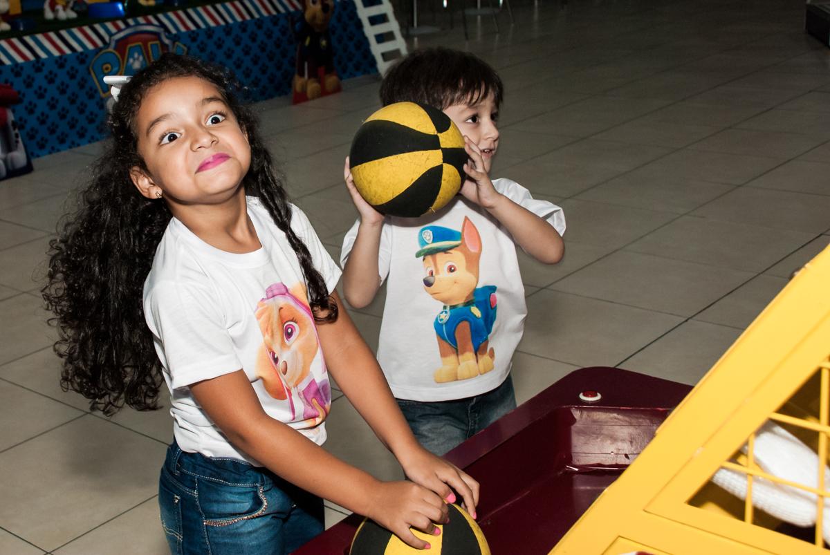 hora do jogo de basquete no Buffet Mega Boom, Santana, São Paulo, aniversário Théo 4 anos tema da festa Patrulha Canina