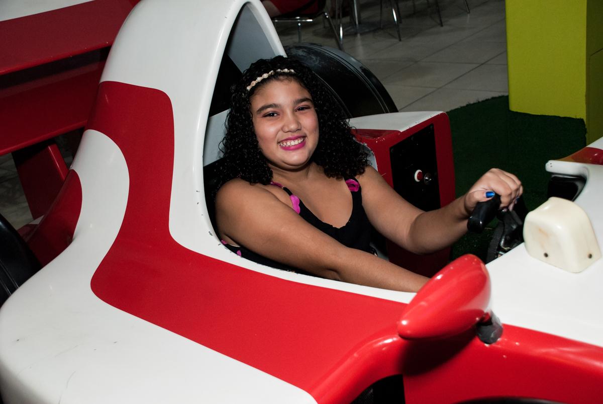 mais uma convidada brinca no simulador de corrida no Buffet Mega Boom, Santana, São Paulo, aniversário Théo 4 anos tema da festa Patrulha Canina