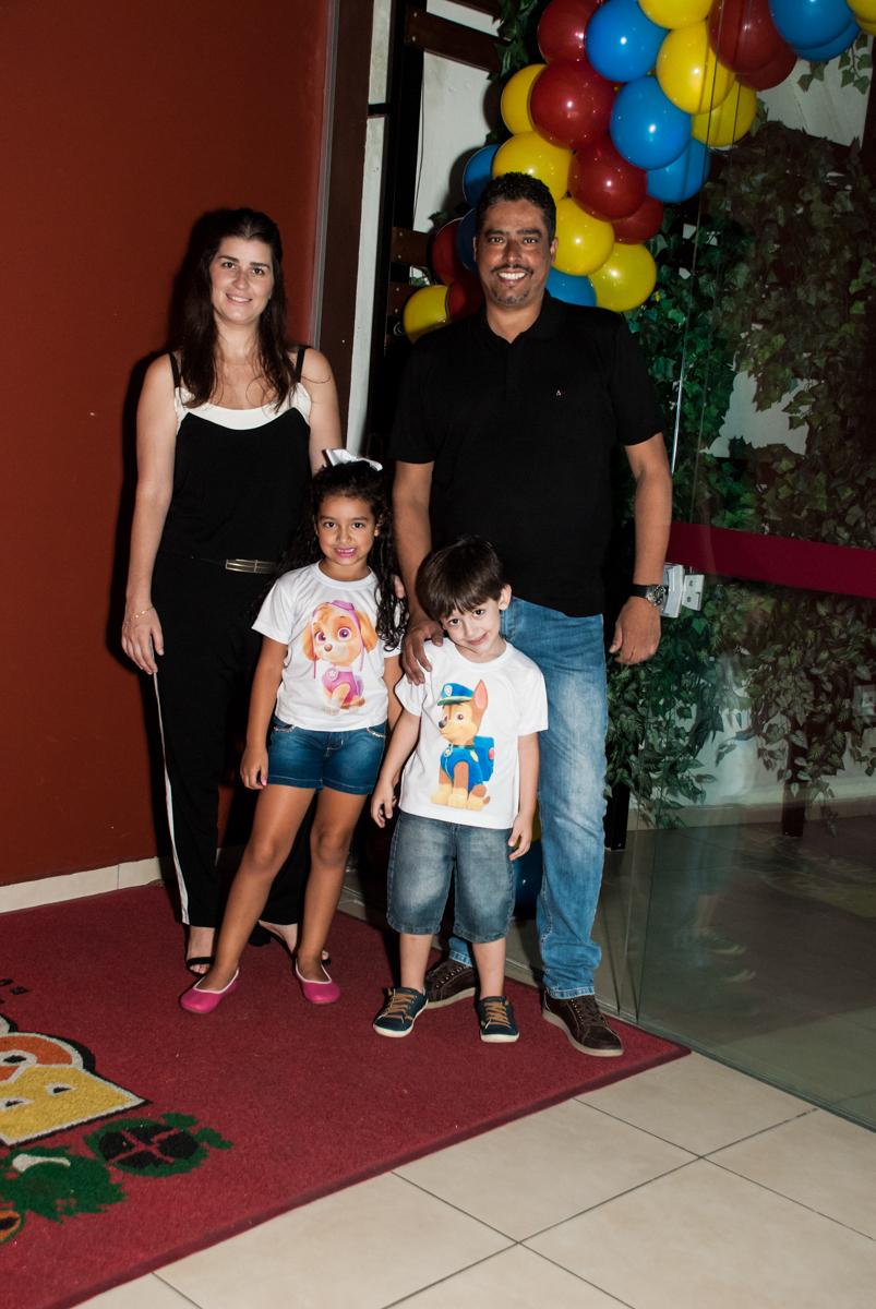 entrada da família para a festa noBuffet Mega Boom, Santana, São Paulo, aniversário Théo 4 anos tema da festa Patrulha Canina