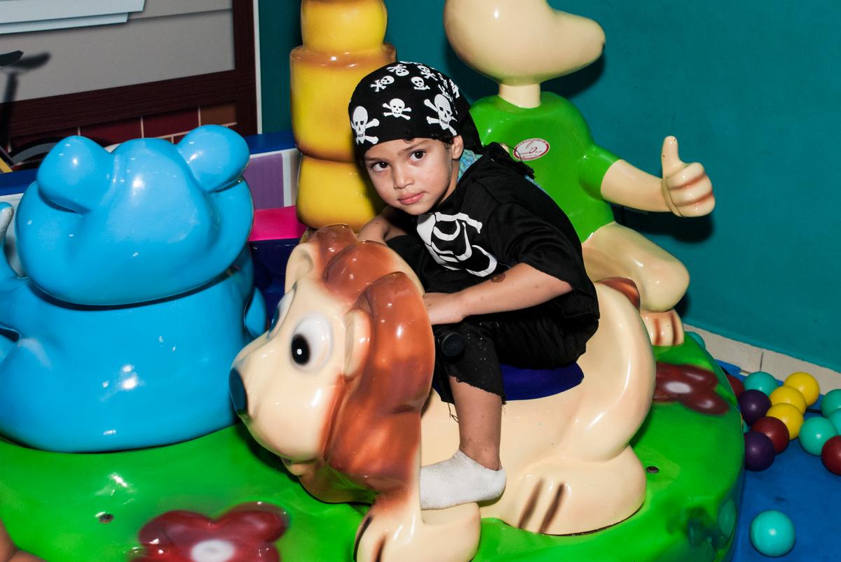 vestido de pirata no Buffet Mega Boom, Santana, São Paulo, aniversário Théo 4 anos tema da festa Patrulha Canina