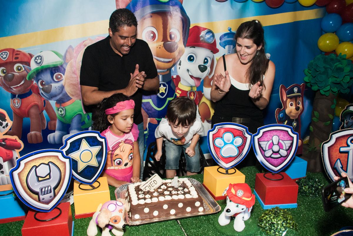 soprando a vela do bolo no Buffet Mega Boom, Santana, São Paulo, aniversário Théo 4 anos tema da festa Patrulha Canina