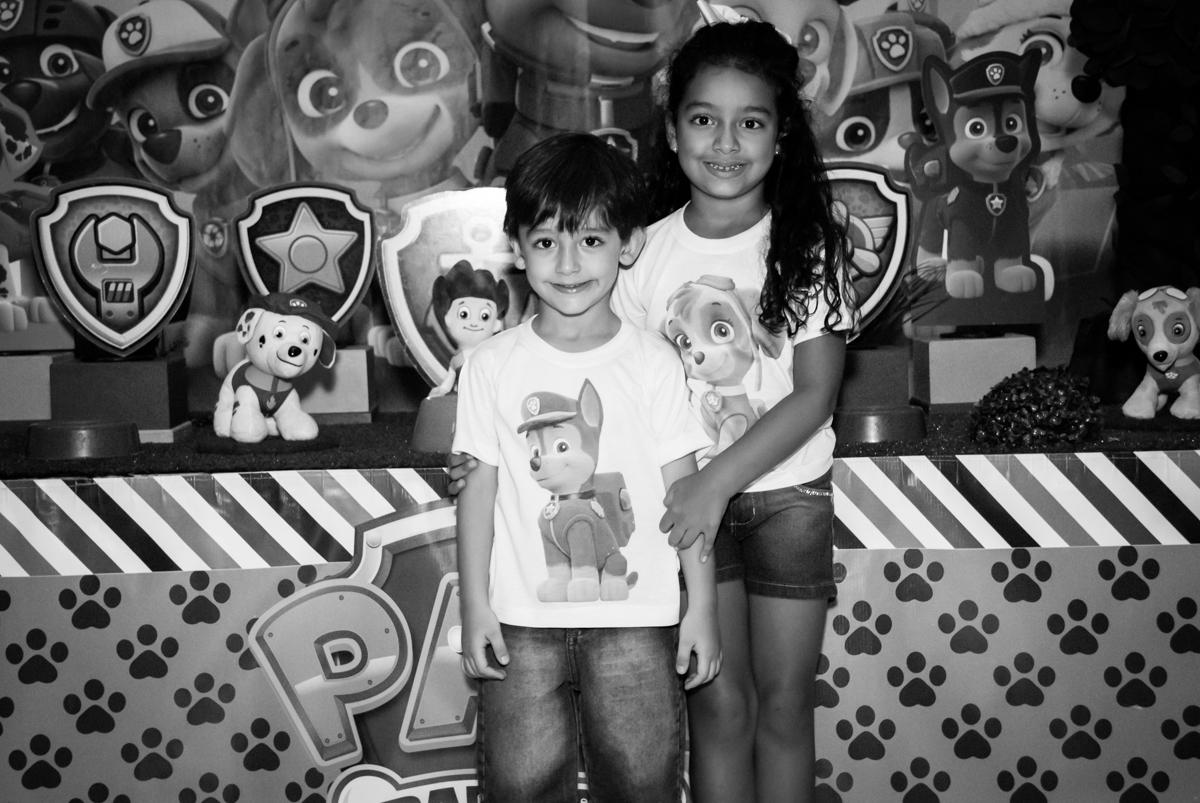 fotografia dos irmãos no Buffet Mega Boom, Santana, São Paulo, aniversário Théo 4 anos tema da festa Patrulha Canina