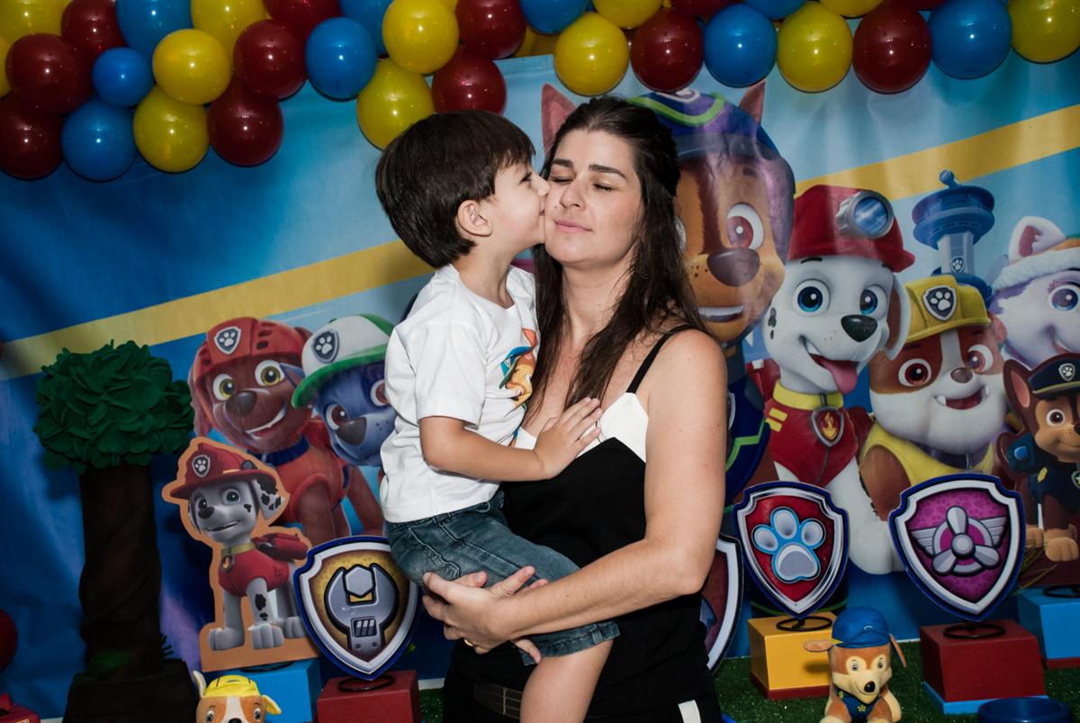 foto mãe e filho noBuffet Mega Boom, Santana, São Paulo, aniversário Théo 4 anos tema da festa Patrulha Canina