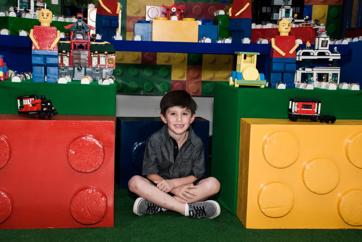 pose de príncipe no Buffet Boomerang, Cidade Jardim, São Paulo, aniversario de Lucas 6 anos, tema da festa, lego