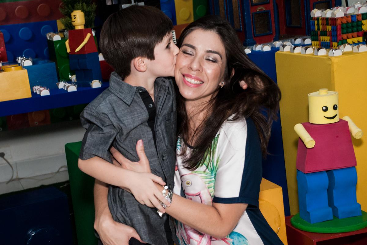 beijo na mamãe no Buffet Boomerang, Cidade Jardim, São Paulo, aniversario de Lucas 6 anos, tema da festa, lego