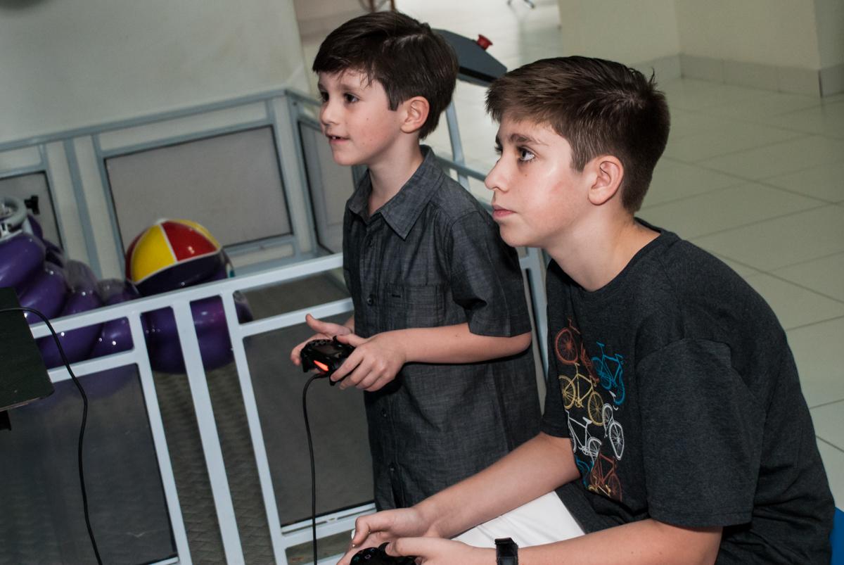 jogando video game no Buffet Boomerang, Cidade Jardim, São Paulo, aniversario de Lucas 6 anos, tema da festa, lego