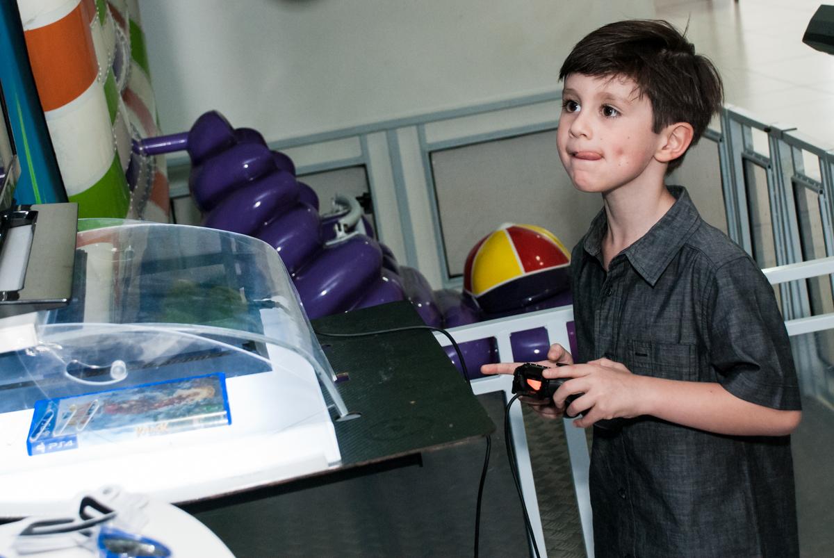 jogando vídeo game no Buffet Boomerang, Cidade Jardim, São Paulo, aniversario de Lucas 6 anos, tema da festa, lego