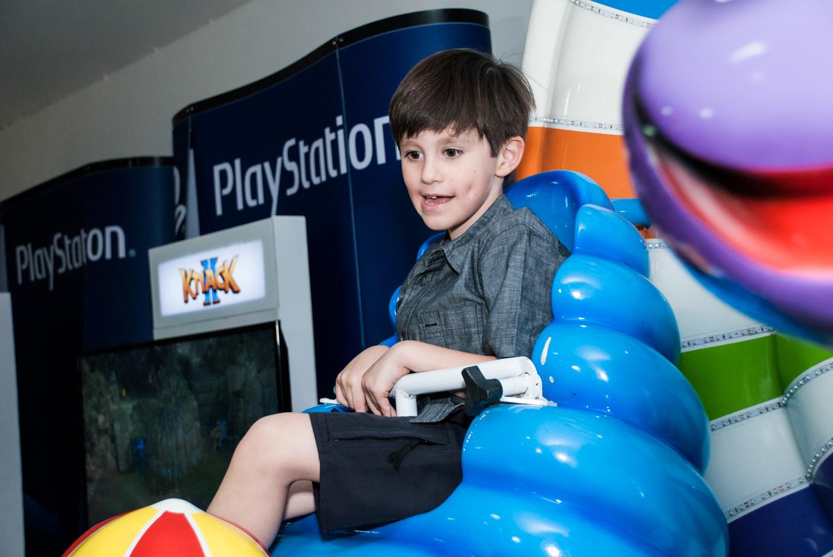 brincando no carrossel no Buffet Boomerang, Cidade Jardim, São Paulo, aniversario de Lucas 6 anos, tema da festa, lego
