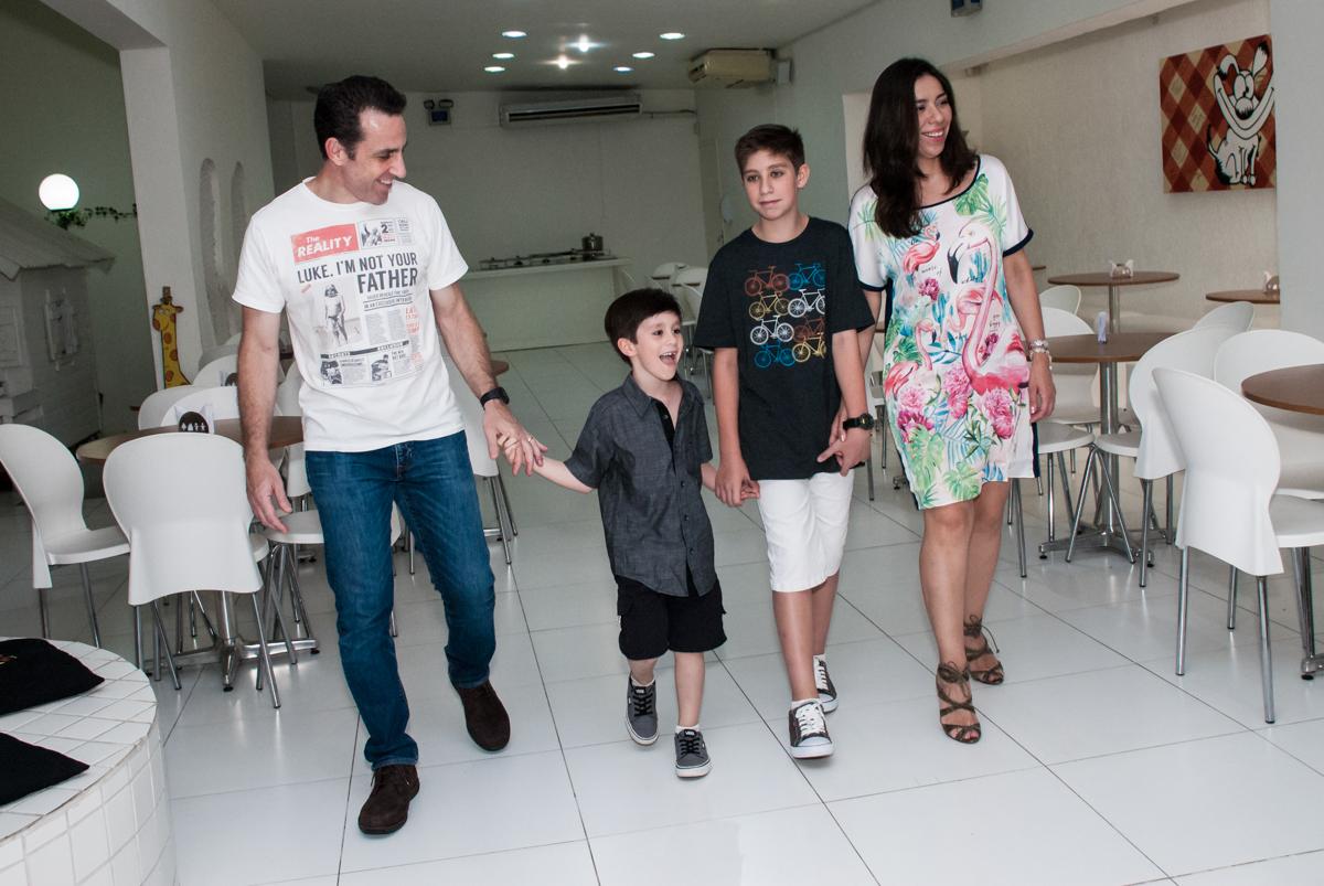 entrada da família para a festa no Buffet Boomerang, Cidade Jardim, São Paulo, aniversario de Lucas 6 anos, tema da festa, lego