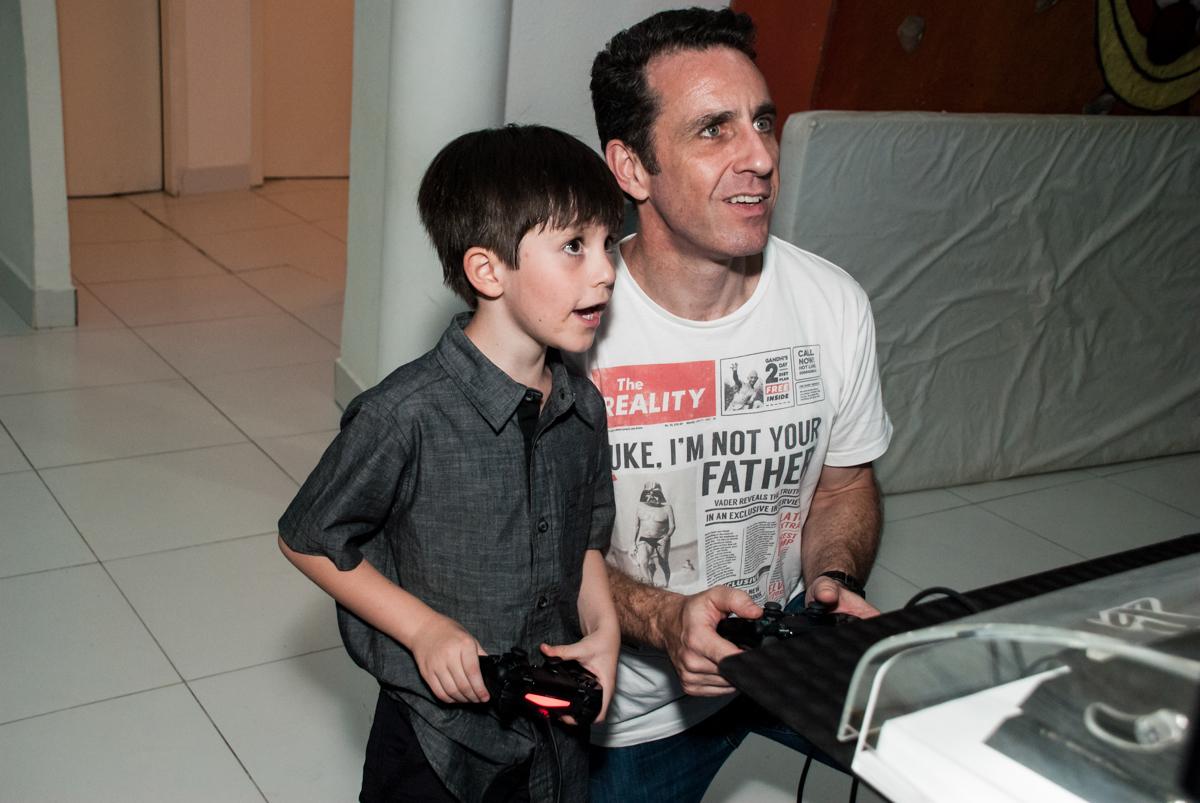pai e filho jogam video game no Buffet Boomerang, Cidade Jardim, São Paulo, aniversario de Lucas 6 anos, tema da festa, lego