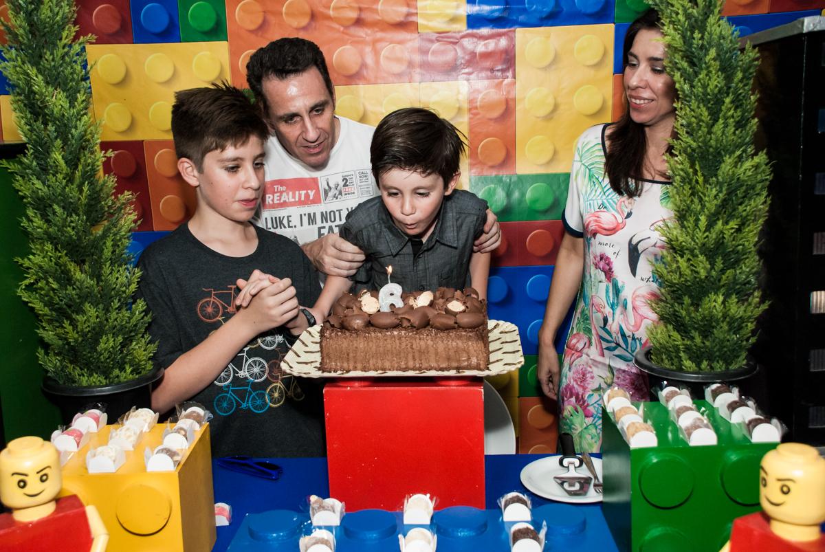 soprando a vela do bolo no Buffet Boomerang, Cidade Jardim, São Paulo, aniversario de Lucas 6 anos, tema da festa, lego