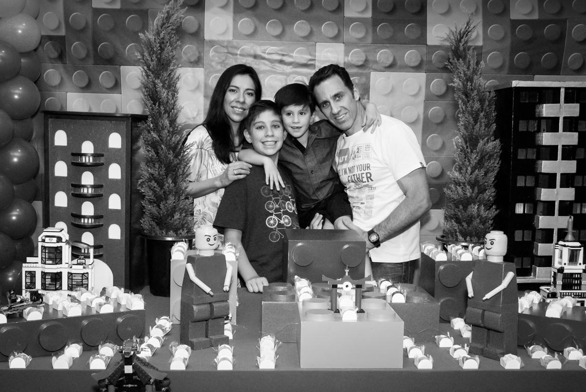 família posa para a foto no Buffet Boomerang, Cidade Jardim, São Paulo, aniversario de Lucas 6 anos, tema da festa, lego