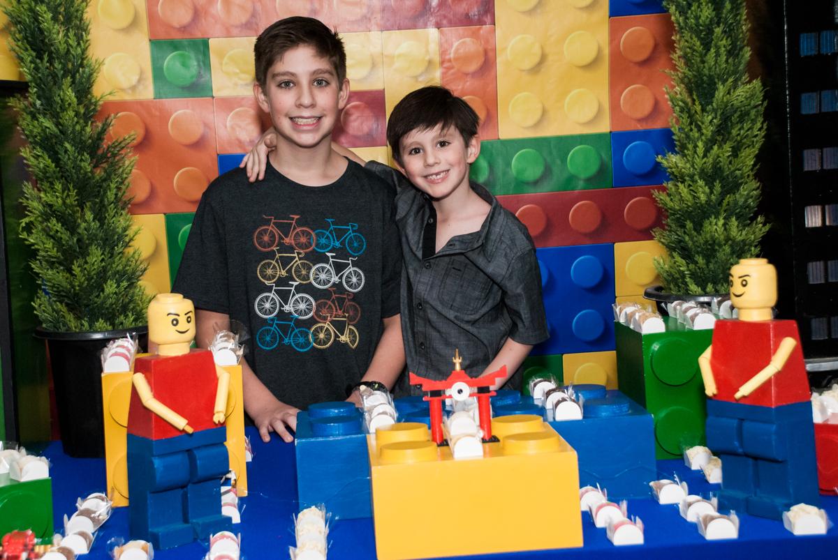 os irmãos felizes na festa no Buffet Boomerang, Cidade Jardim, São Paulo, aniversario de Lucas 6 anos, tema da festa, lego