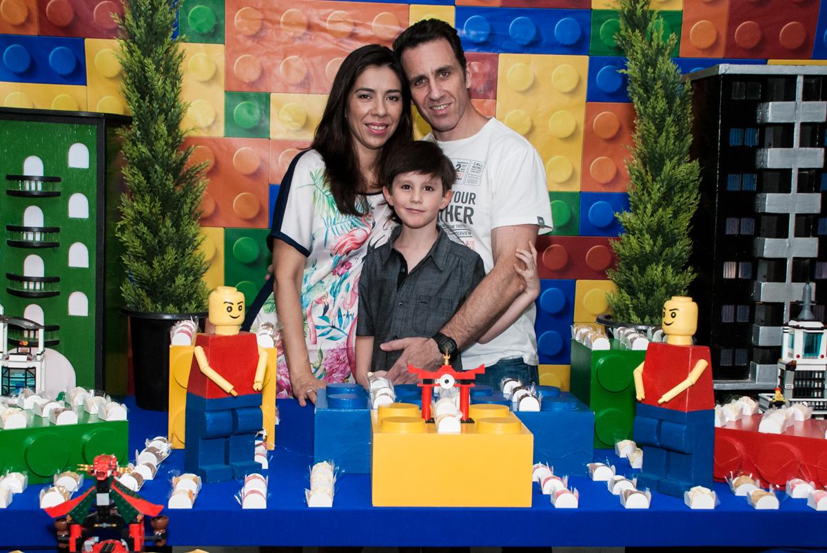 aniversariante com os pais no Buffet Boomerang, Cidade Jardim, São Paulo, aniversario de Lucas 6 anos, tema da festa, lego