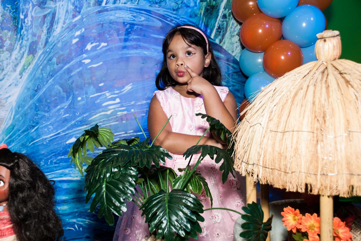 carinha pensativa na foto no Buffet Casa X, Ipiranga,São Paulo, aniversário de Raquel 6 anos, tema da festa Moana