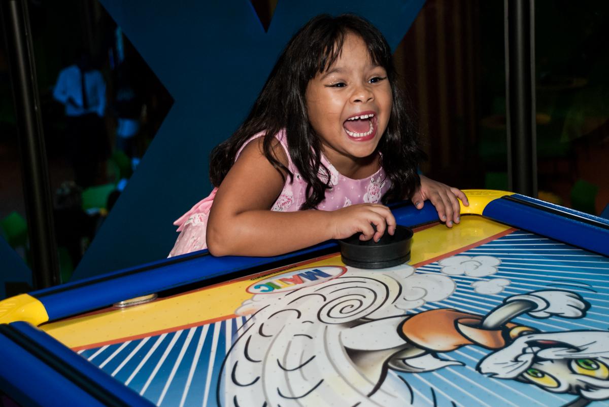 brincando no jogo de futebol de mesa no Buffet Casa X, Ipiranga,São Paulo, aniversário de Raquel 6 anos, tema da festa Moana