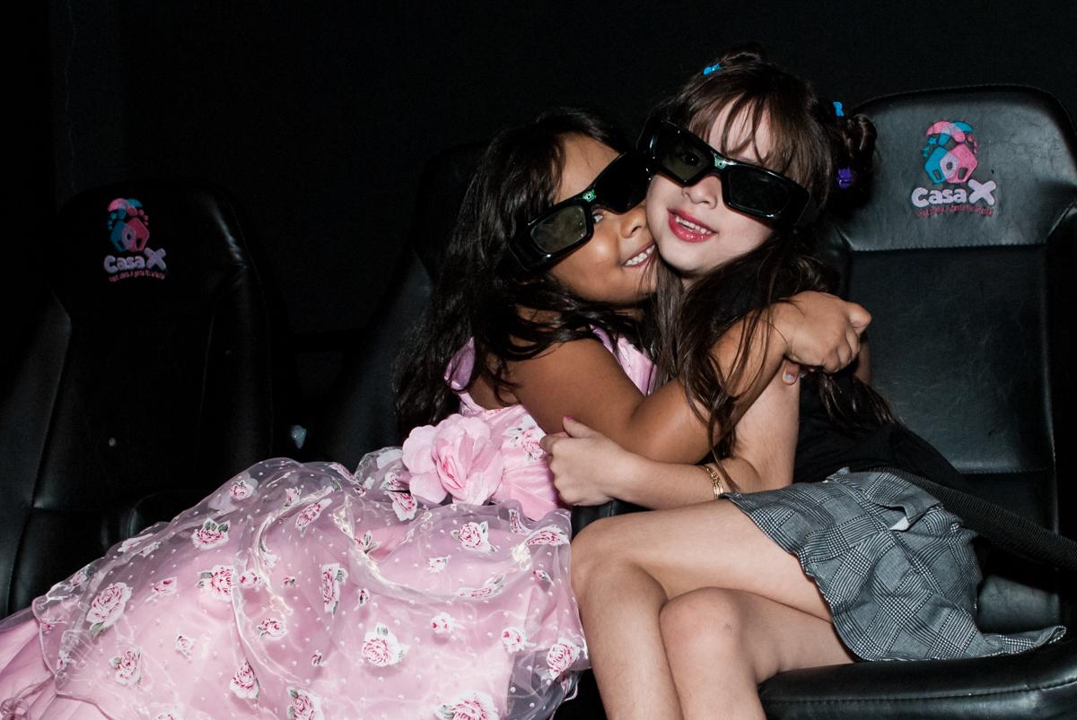 abraço na amiga no Buffet Casa X, Ipiranga,São Paulo, aniversário de Raquel 6 anos, tema da festa Moanacu