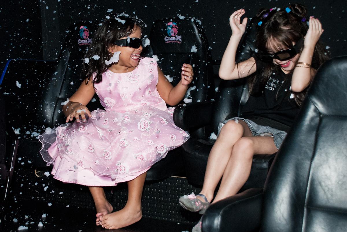 assistindo a filme 3 D no Buffet Casa X, Ipiranga,São Paulo, aniversário de Raquel 6 anos, tema da festa Moana