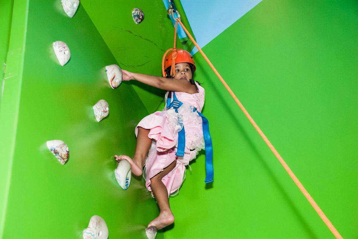 subindo na parede de esalada no Buffet Casa X, Ipiranga,São Paulo, aniversário de Raquel 6 anos, tema da festa Moana