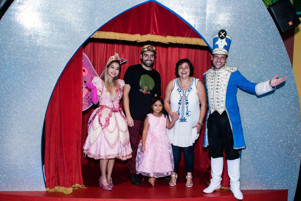 A família posa para a foto com as paquitas no Buffet Casa X, Ipiranga,São Paulo, aniversário de Raquel 6 anos, tema da festa Moana