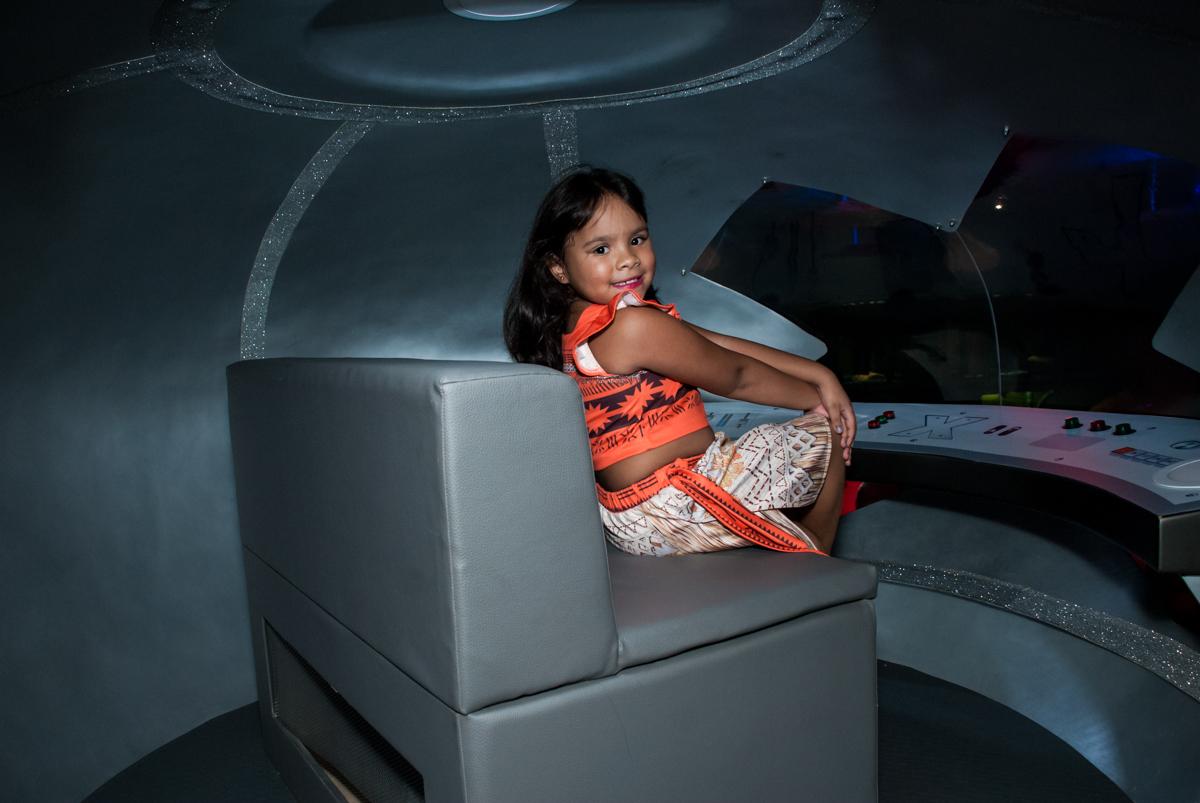 foto na nave espacial no Buffet Casa X, Ipiranga,São Paulo, aniversário de Raquel 6 anos, tema da festa Moana