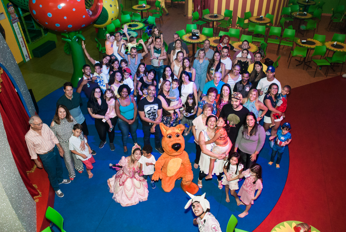 foto com todos os convidados no Buffet Casa X, Ipiranga,São Paulo, aniversário de Raquel 6 anos, tema da festa Moana