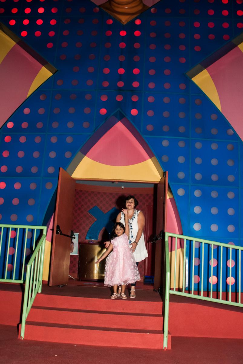 fotografia feita na frente do Buffet Casa X, Ipiranga,São Paulo, aniversário de Raquel 6 anos, tema da festa Moana