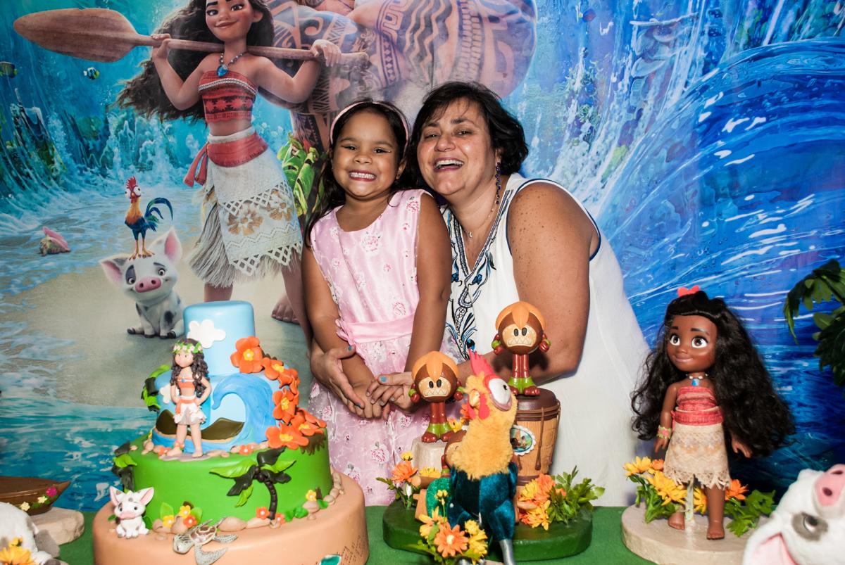 foto mãe e filha no Buffet Casa X, Ipiranga,São Paulo, aniversário de Raquel 6 anos, tema da festa Moana