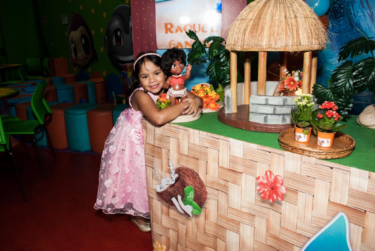 foto da aniversariante com personagem da mesa no Buffet Casa X, Ipiranga,São Paulo, aniversário de Raquel 6 anos, tema da festa Moana