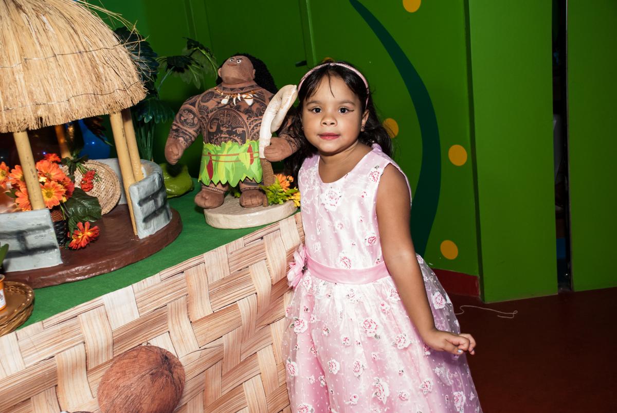 posando para a foto no Buffet Casa X, Ipiranga,São Paulo, aniversário de Raquel 6 anos, tema da festa Moana