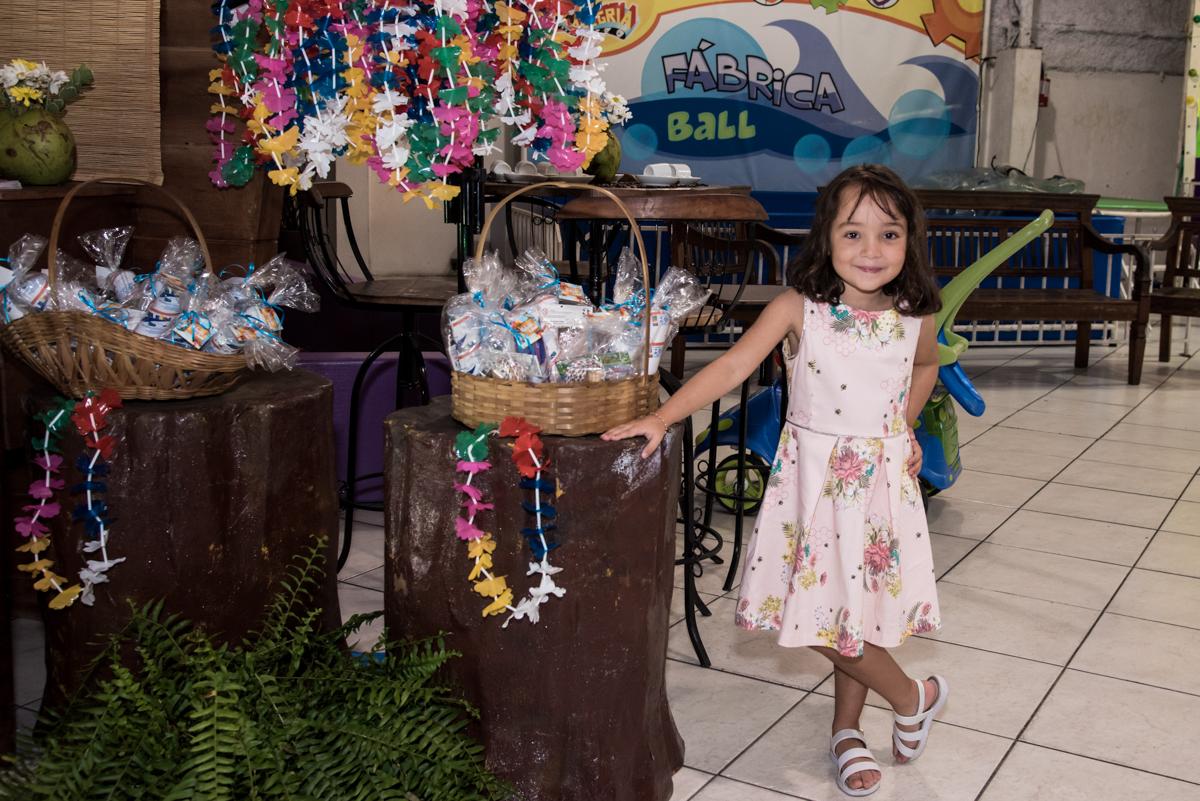 fazendo pose para a foto no Buffet Fabrica da Alegria, Osaco, São Paulo, aniversário de Rafaela 5 anos tema da festa Moana