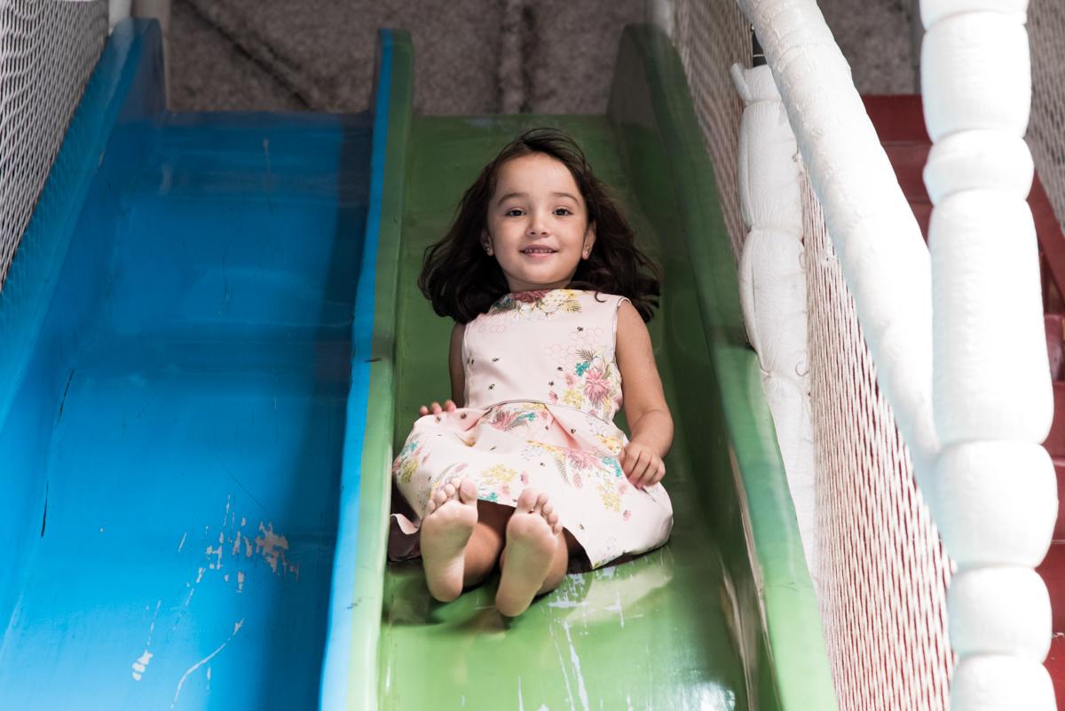 escorregador divertido no Buffet Fabrica da Alegria, Osaco, São Paulo, aniversário de Rafaela 5 anos tema da festa Moana