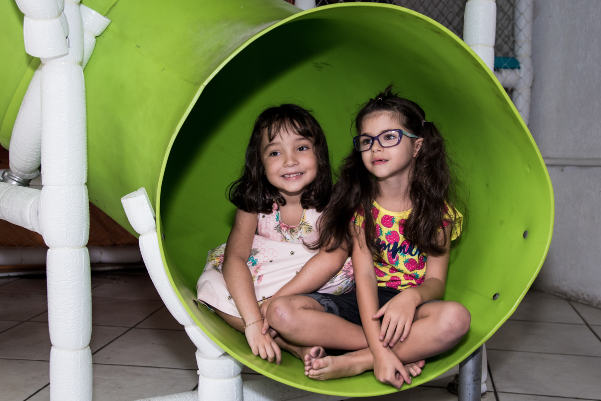 descendo no escorregador com a amiga no Buffet Fabrica da Alegria, Osaco, São Paulo, aniversário de Rafaela 5 anos tema da festa Moana