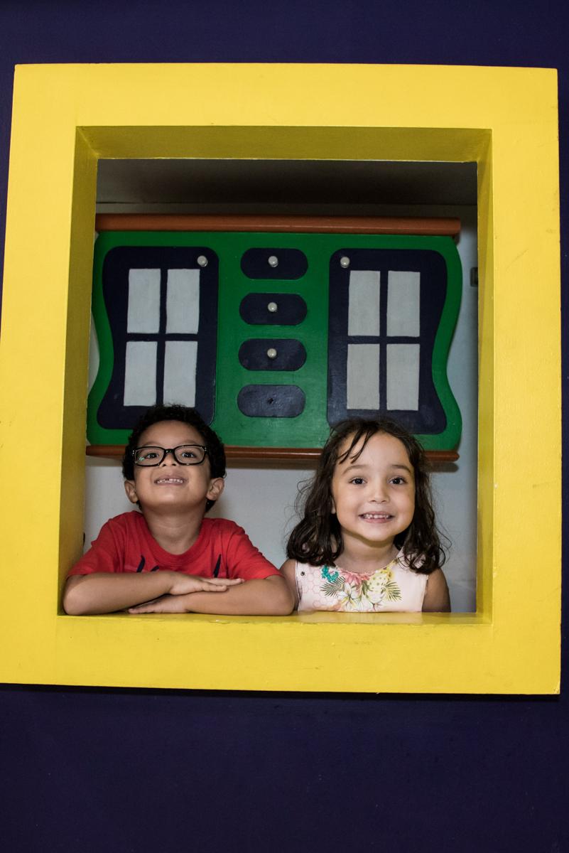 pose na janela no Buffet Fabrica da Alegria, Osaco, São Paulo, aniversário de Rafaela 5 anos tema da festa Moana